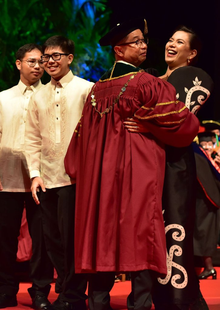 The president and his wife react to delighted cheers from the crowd. (Photo by Bong Arboleda, UP MPRO)
