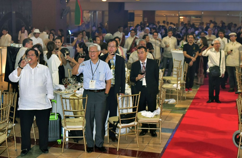 Guests raise their glasses to toast President Concepción. (Photo by Bong Arboleda, UP MPRO)
