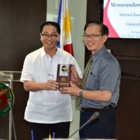 UP President Danilo Concepcion and NKMU Acting President Syue-Sinn Leu exchange tokens of friendship September 4, 2017 at the UP Board of Regents Room, Quezon Hall, UP Diliman, Quezon City. (Photo by Bong Arboleda, UP MPRO)