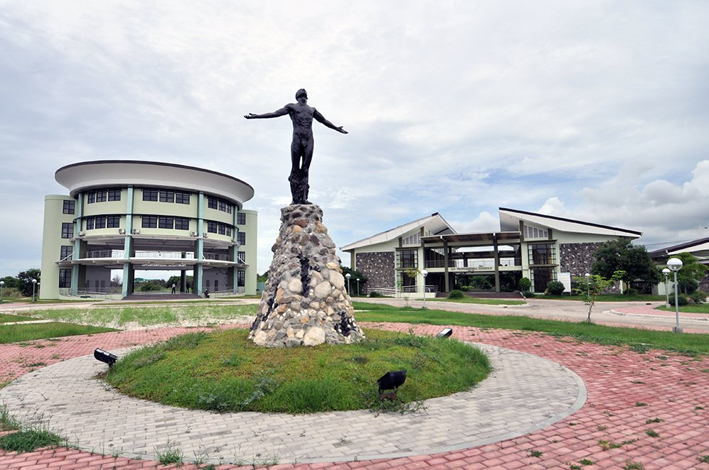 Oblation statue at the newly-built UP Cebu Professional Schools. (Photo by Bong Arboleda, UP MPRO)