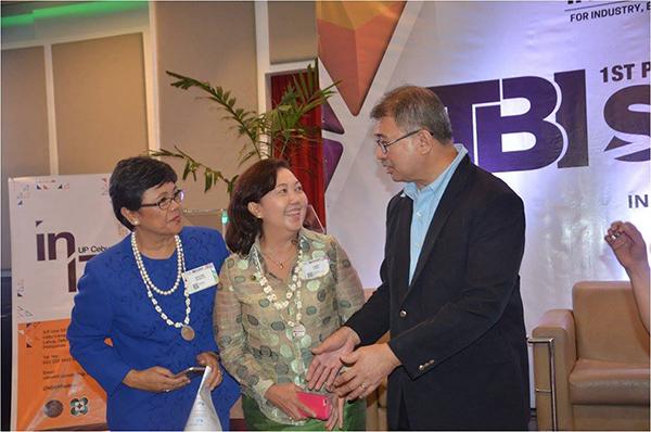 UP Mindanao Chancellor Sylvia Concepcion and UP Cebu Chancellor Liza Corro meet Department of Science and Technology Secretary Fortunato de la Peña at the First Philippine TBI Summit, held in Cebu City, November 24, 2017.