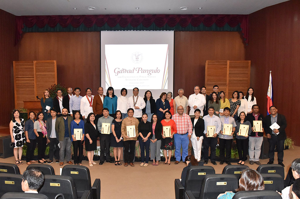The awardees of the 2nd Gawad Pangulo for Excellence in Public Service with Faculty Regent Patricia Arinto, UP System and Padayon Public Service Office officials, chancellors, and the awards selection committee (Photo by Bong Arboleda, UP MPRO)