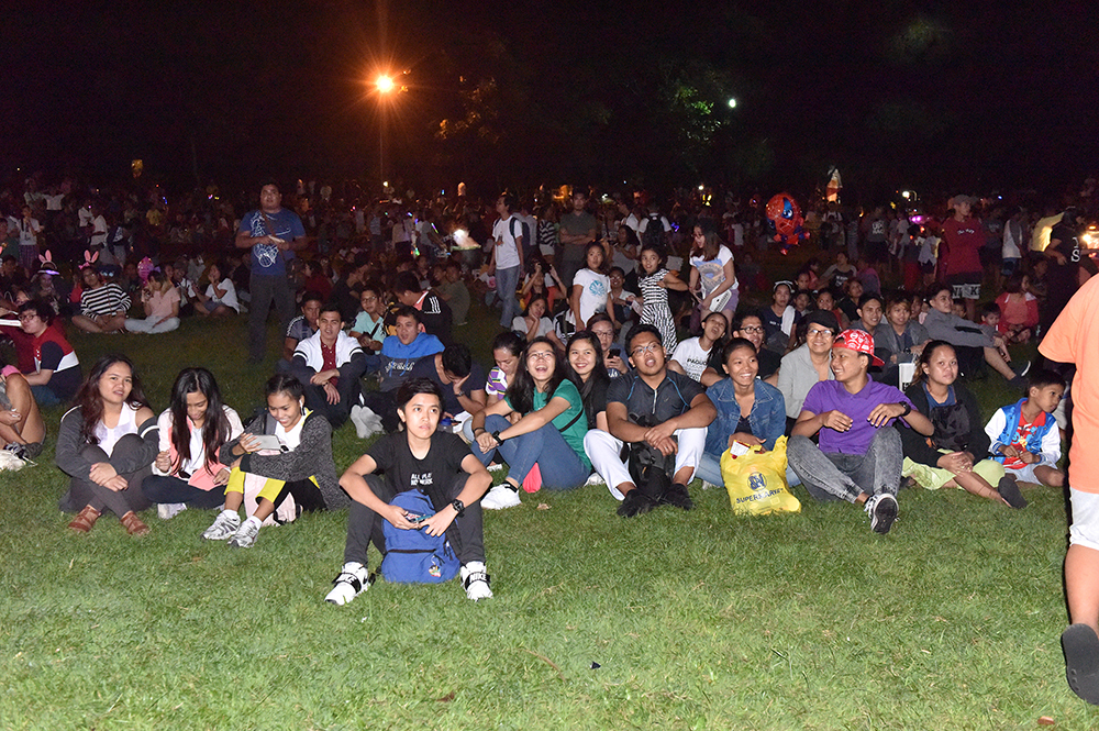 Guests picnic at the UP Amphitheater grounds. (Photo by Bong Arboleda, UP MPRO)