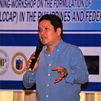 UP RI Executive Director Alfredo Mahar Lagmay speaks to Mayors, Municipal Planners, and Disaster Risk Reduction Officers during the National Rollout and Training-Workshop on the Formulation of the Local Climate Change Action Plan (LCCAP). (Photo courtesy of the UP Resilience Institute.)