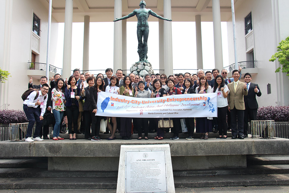 The Taiwanese delegates, economic and cultural officials, and UP officials give the thumbs up sign for UP at the Oblation Plaza, UP Diliman, Quezon City. (Photo by Jun Madrid, UP MPRO)