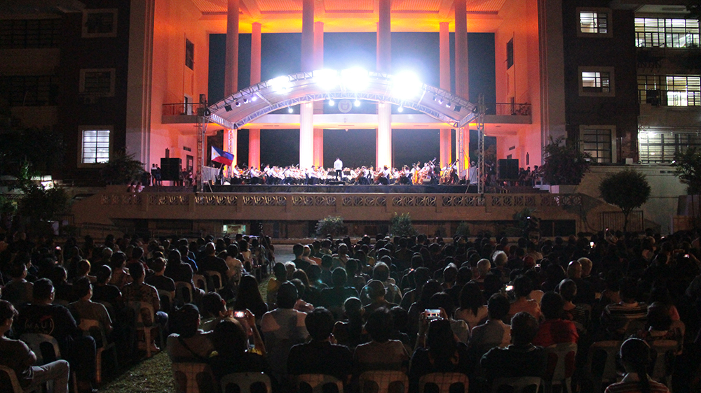 The UP Amphitheater rang with symphonic orchestral music from the Philippine Philharmonic Orchestra and the applause of a rapt audience. (Photo by Jun Madrid, UP MPRO)