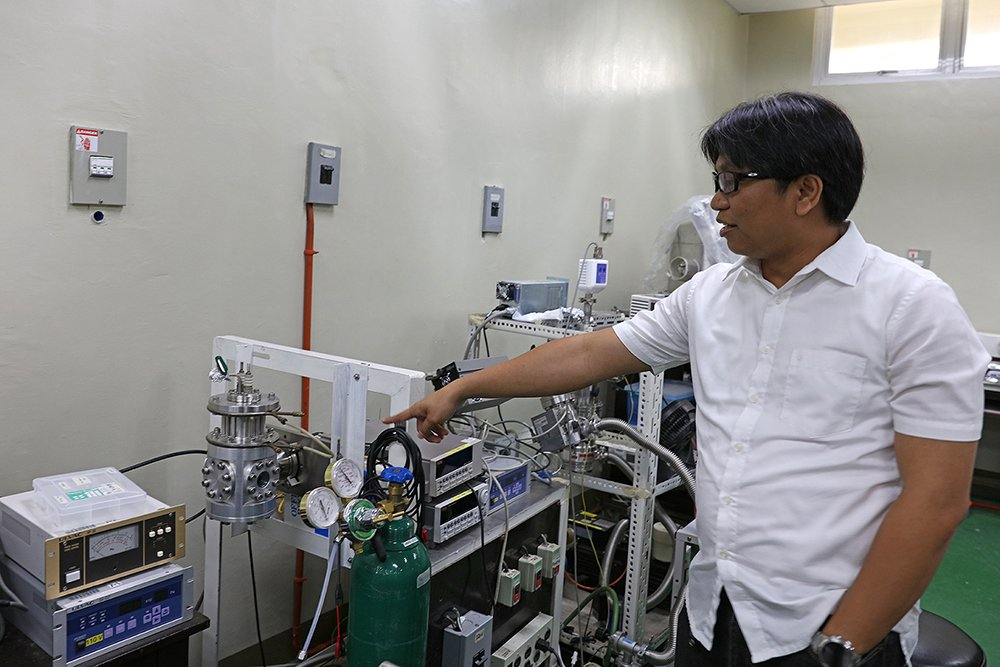 Jong points to his pasalubong for UP: an ion source he designed and built in Japan. (Photo by Misael Bacani, UP MPRO)