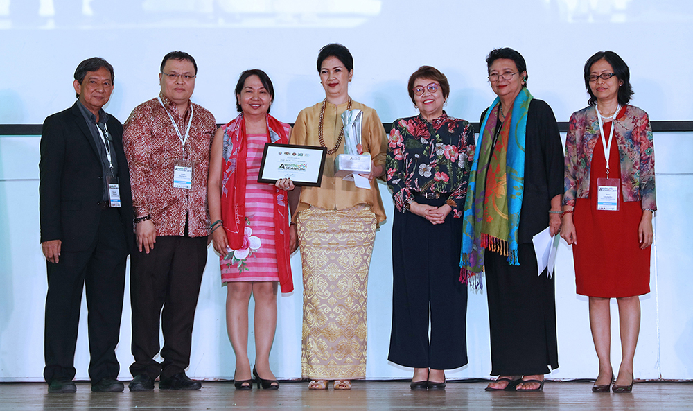 Dr. Sri Sediyaningsih of Universitas Terbuka Indonesia Open University receives the ASEANnale Distinguished Award for Higher Education on behalf of recipient Dr. M. Atwi Suparman. With her are, from left, Prof. Rolando Talampas, Dr. Joefe Santarita, UPOU Chancellor Melinda Bandalaria, CHED Commissioner Lilian De Las Llagas, Dr. Grace Javier Alfonso, and UP Open University Vice Chancellor for Finance and Administration Jean Saludadez. (Photo by Misael Bacani, UP MPRO)