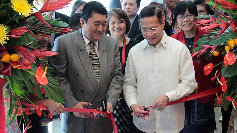 DOLE Undersecretary Jacinto Paras and DOH Secretary Francisco T. Duque III lead the ceremonial opening of the exhibits. (Photo by Jun Madrid, UP MPRO)