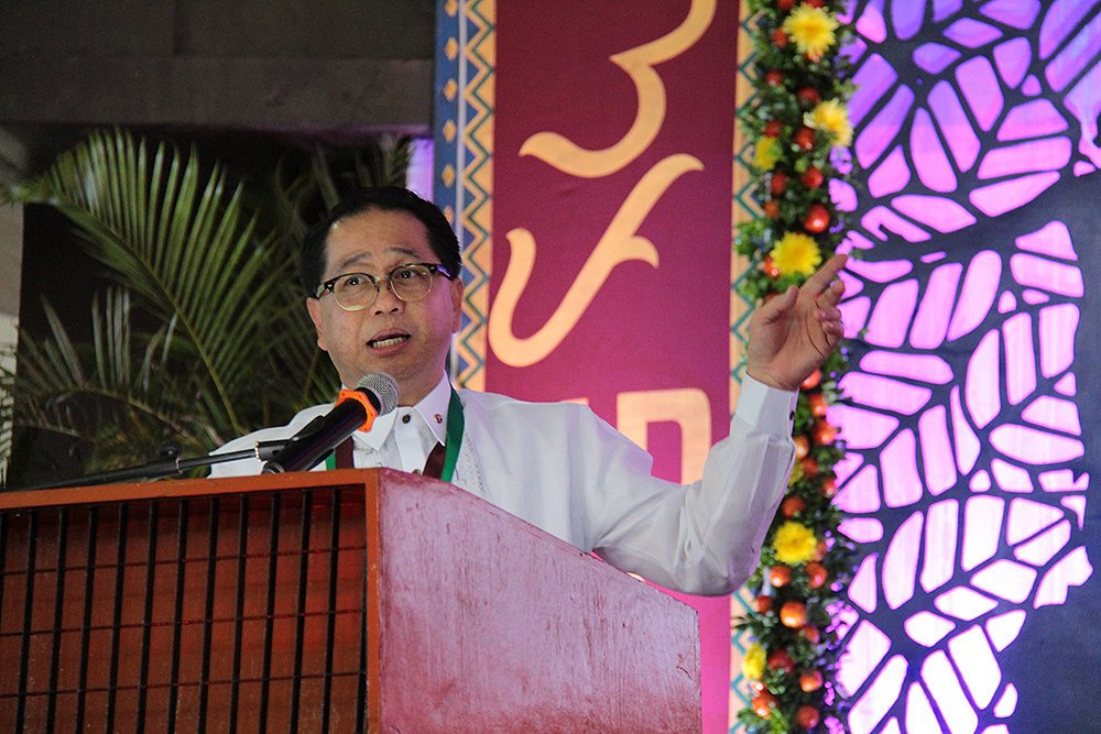 President Concepcion praises the craftsmanship and stage design at Baker Hall. (Photo by Jun Madrid, UP MPRO)