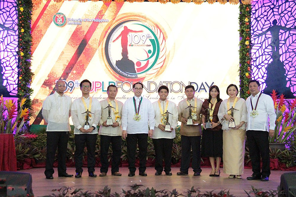 UP Officials pose with UPLB awardees. (Photo by Jun Madrid)