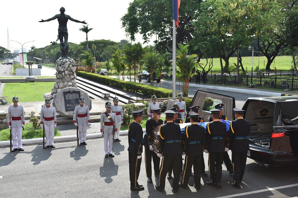 Members of the Armed Forces of the Philippines carry the casket from the hearse as the UP Rayadillo stand guard by the Oblation. The Philippine and UP flags were flown at half mast. (Photo by Abraham Arboleda, UP MPRO)