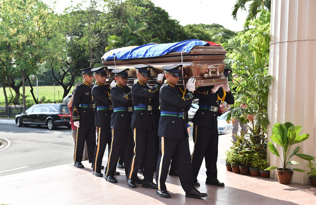 The soldiers carry Angara's casket to the Quezon Hall lobby. (Photo by Abraham Arboleda, UP MPRO)