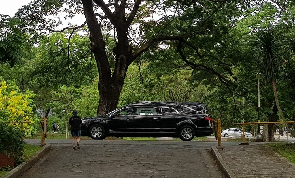 The hearse carrying Angara's remains begins its procession around the Academic Oval. (Photo by Arlyn Romualdo, UP MPRO)