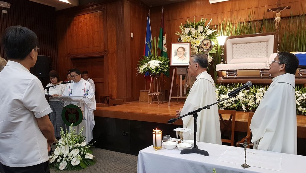 Fr. Maranan reads the gospel as co-celebrants, Fr. Onofre Inocencio Jr., SDB, president of the Foundation for Upgrading the Standard of Education, Inc. (left) and Fr. Villarin, remain at the altar. (Photo by Arlyn Romualdo, UP MPRO)