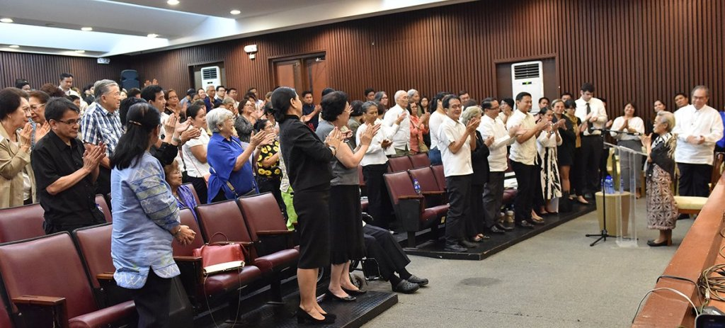 Dr. Rola asks everyone at the necrological service to stand and applaud SEJA. (Photo by Abraham Arboleda, UP MPRO)
