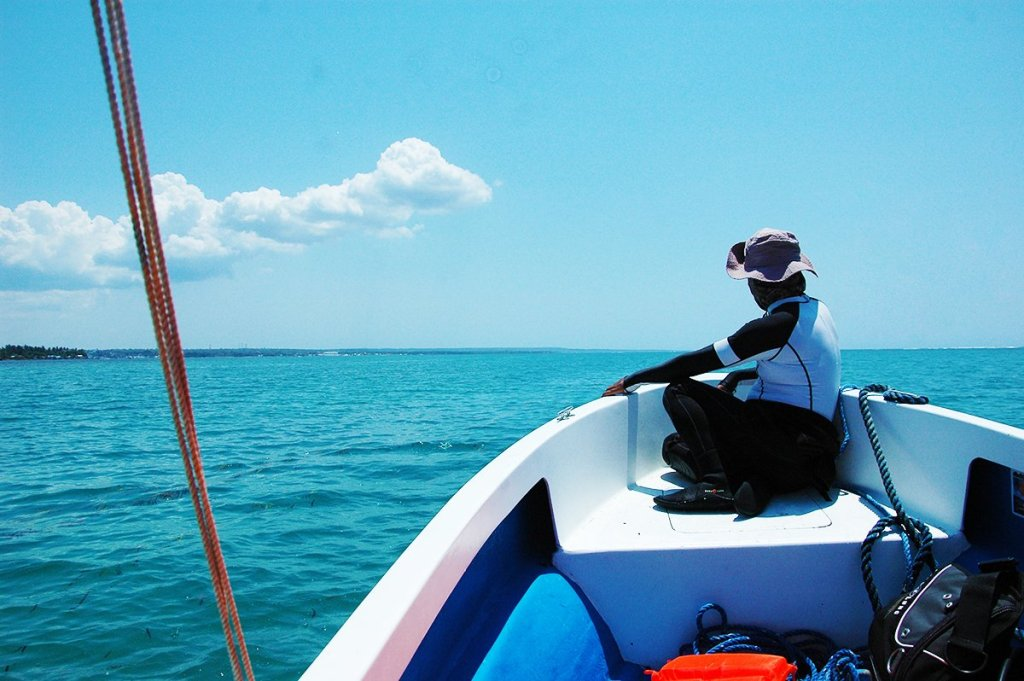 Smooth boat ride to the giant clam nursery at Silaqui Island. (Photo by Bong Arboleda, UP MPRO)
