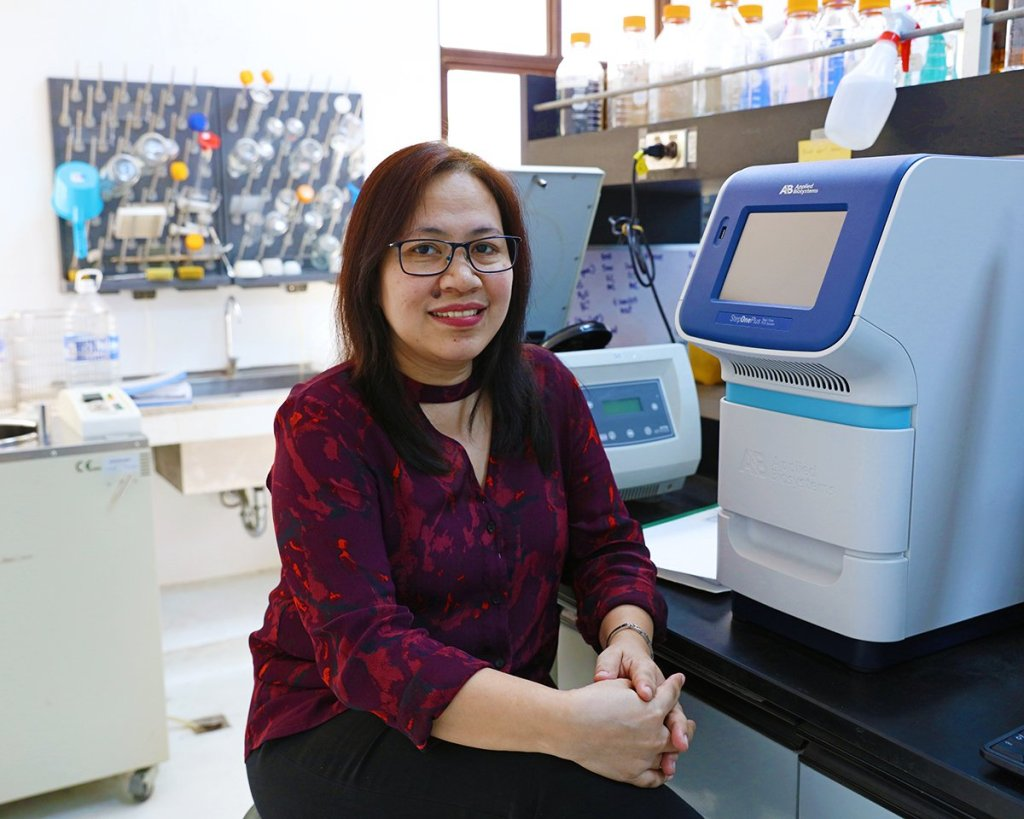Dr. Maria Anita Bautista in the laboratory. (Photo by El Bacani, UP MPRO)