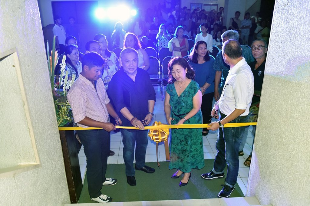 """UP Cebu Chancellor Liza Corro and College of Communication, Art, and Design Dean Juanito Karl Roque cut the ribbon to the """"Sentenaryo"""" art exhibit, with guests of honor Charlie Co and Manny Montelibano. (Photo by Bong Arboleda, UP MPRO)"""