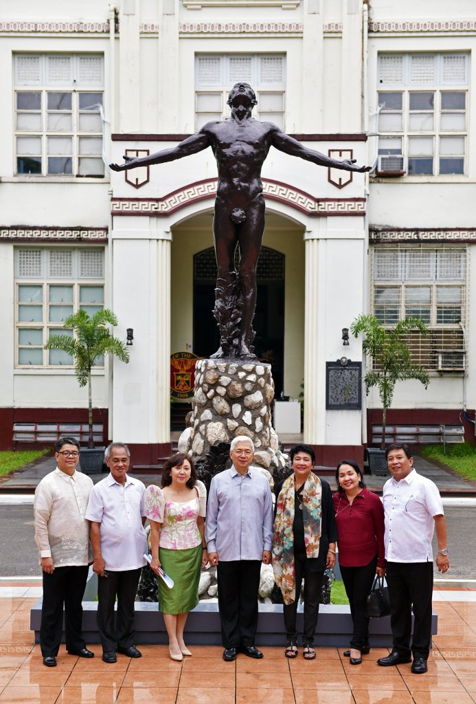 New UP Cebu Oblation with former UP President Alfredo Pascual and university officials