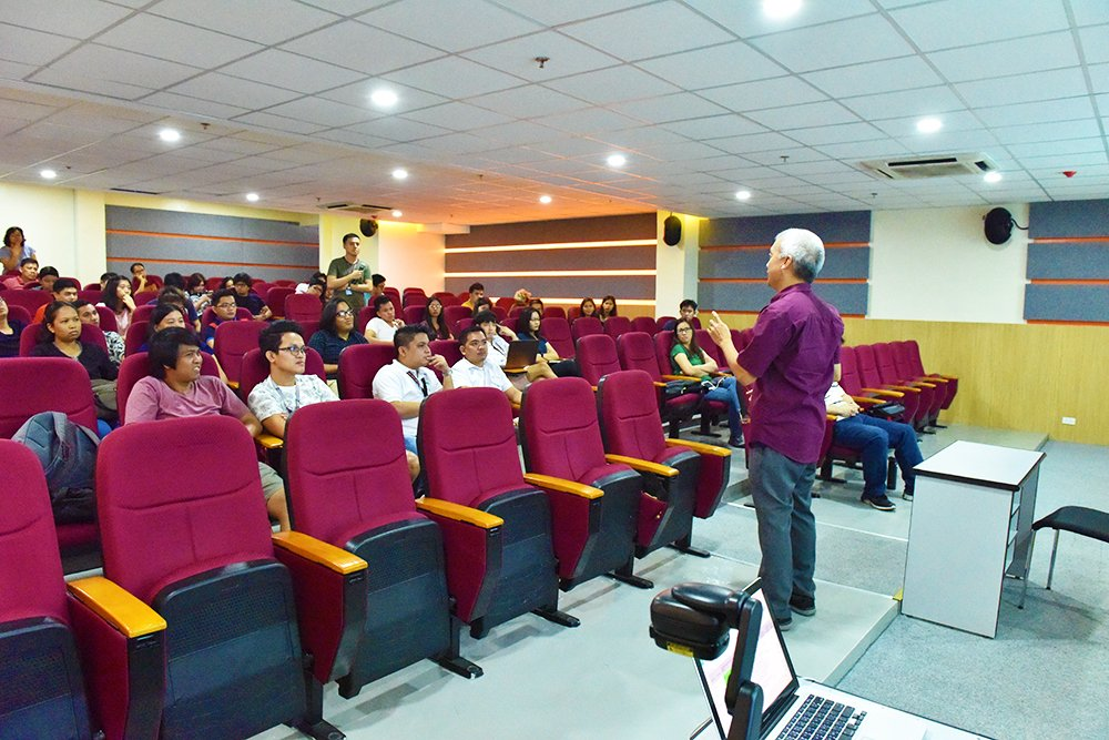 Dr. Luis Sison at his technopreneurship class at the UP Electrical and Electronics Engineering Institute. (Photo by Bong Arboleda, UP MPRO)