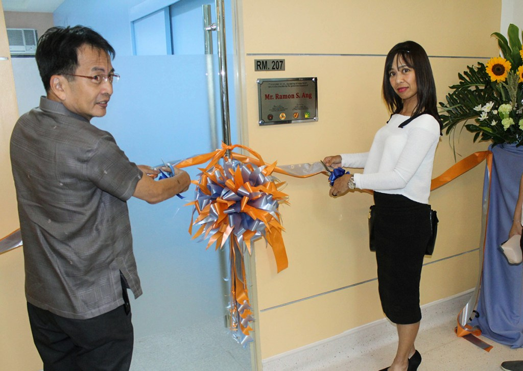 Jane Llanes, head of the San Miguel Corporation Media Relations and UP Diliman Chancellor Michael L. Tan. lead the ribon-cutting (Photo courtesy of UP CMC)