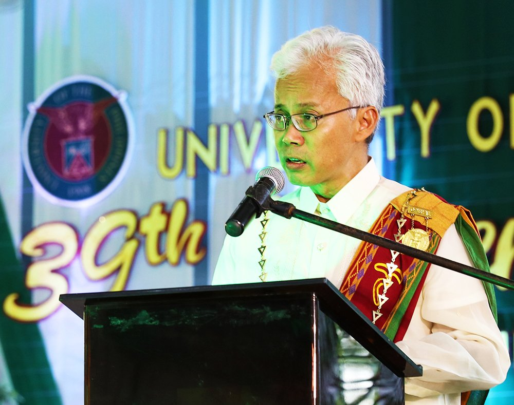 UPV Chancellor Ricardo Babaran introduces the commencement speaker, UP alumnus, former Senate President, Vista Land and Lifescapes, Inc. Chairman Manuel Villar. (Photo by Misael Bacani, UP MPRO)
