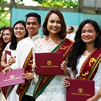 Showing their diploma folders proudly (Photo by Misael Bacani, UP MPRO)