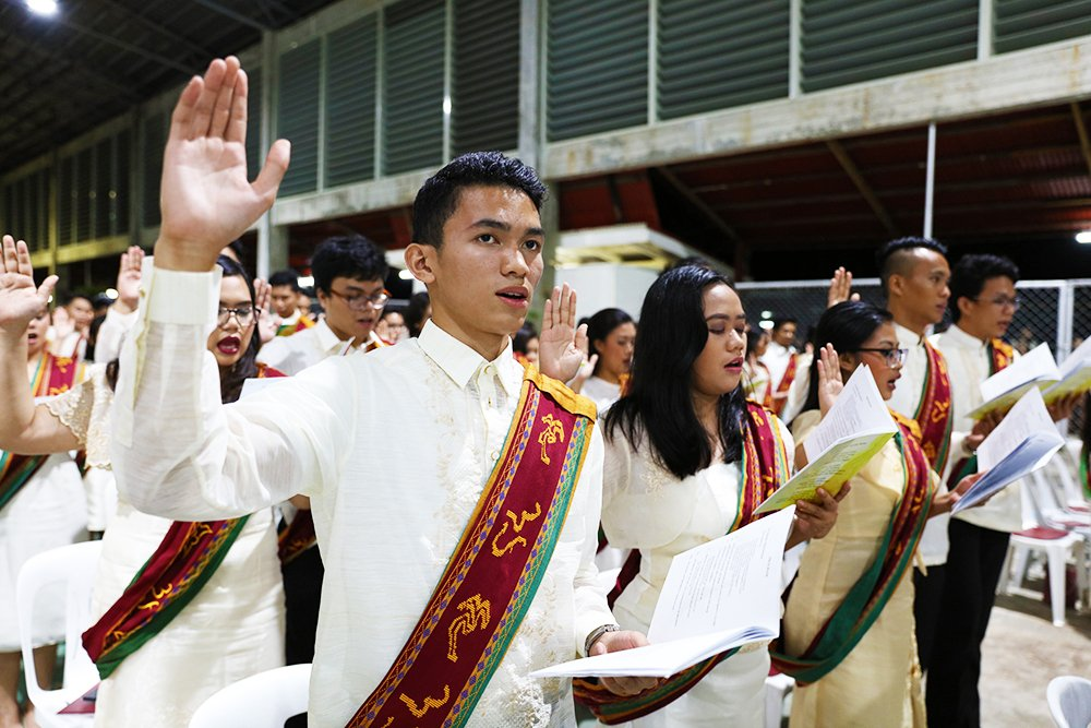 The graduates pledge their loyalty to UP. (Photo by Misael Bacani, UP MPRO)