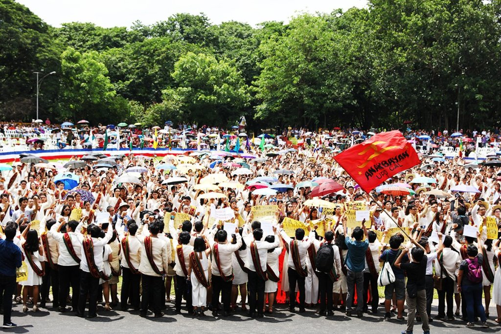 UP Diliman's new graduates sing the University Hymn. (Photo by Misael Bacani, UP MPRO)