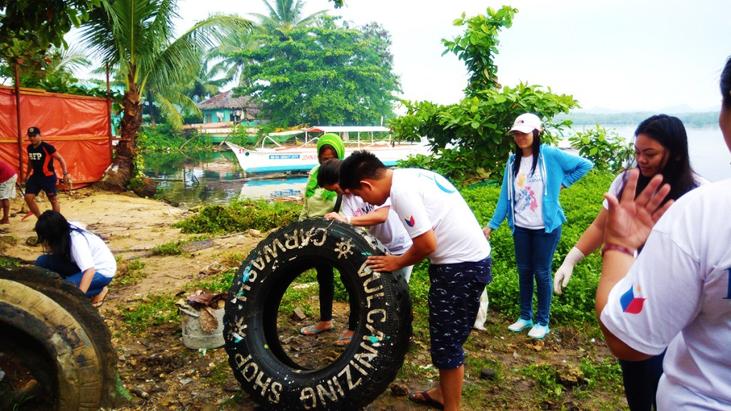 The 'Shore it up, clean up' drive participated by residents of Del Carmen (Photo courtesy of the Local Government of Del Carmen, Surigao del Norte)
