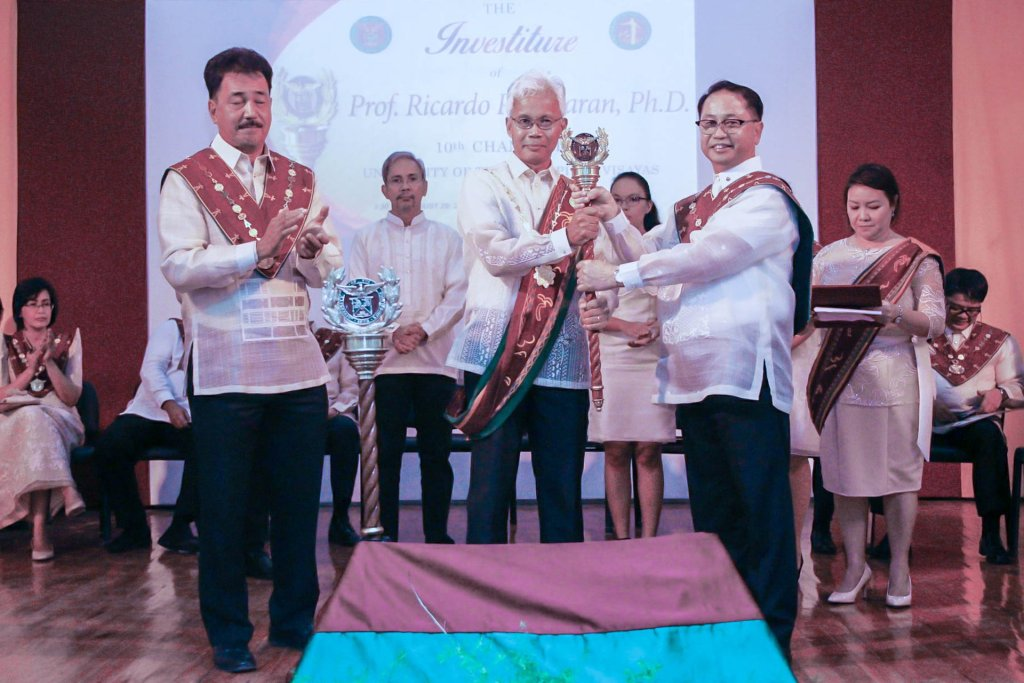 Chancellor Ricardo P. Babaran receives the mace from President Danilo L. Concepcion.