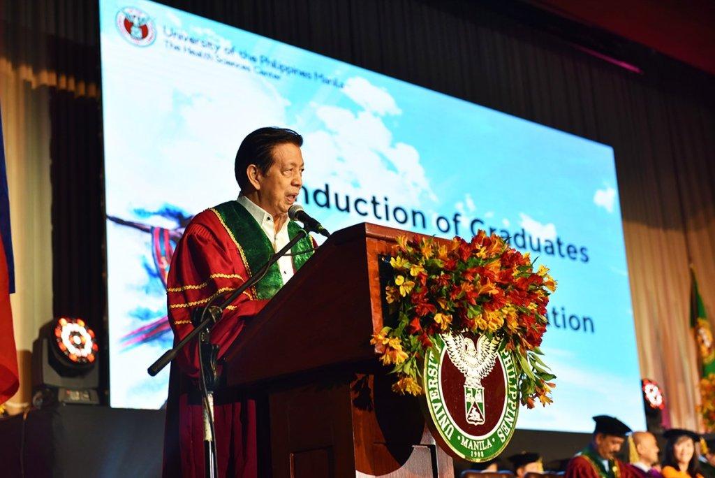 Hon. Ramon M. Maronilla, UP Alumni Regent and President of the UP Alumni Association, inducts the graduates into the UP Alumni Association. (Photo by Abraham Arboleda, UP MPRO)