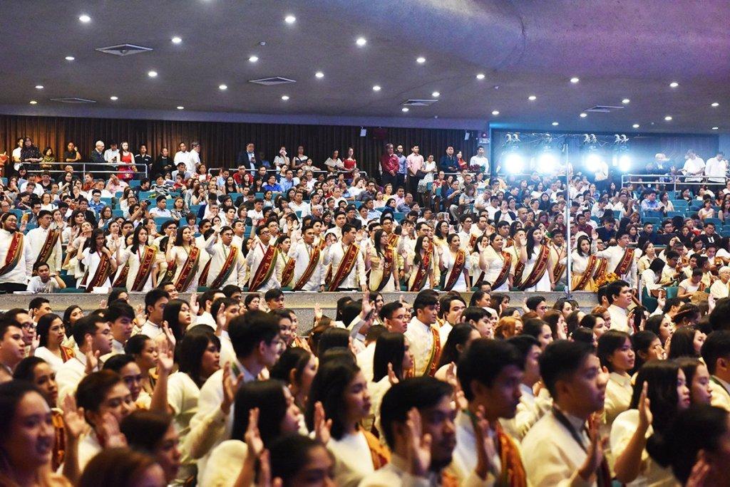 UP Manila graduates are inducted into the UP Manila Alumni Association. (Photo by Abraham Arboleda, UP MPRO)