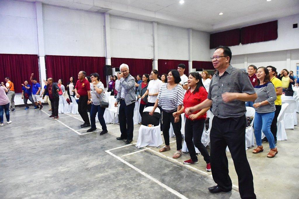 Management, staff, and administration experts break the ice before the welcome dinner in the UP Visayas Auditorium in Iloilo City. (Photo by Bong Arboleda, UP MPRO)