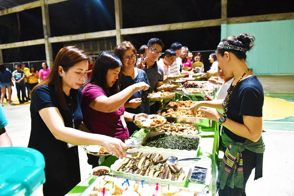 Delegates enjoy a native feast at a solidarity dinner. (Photo by Bong Arboleda, UP MPRO)