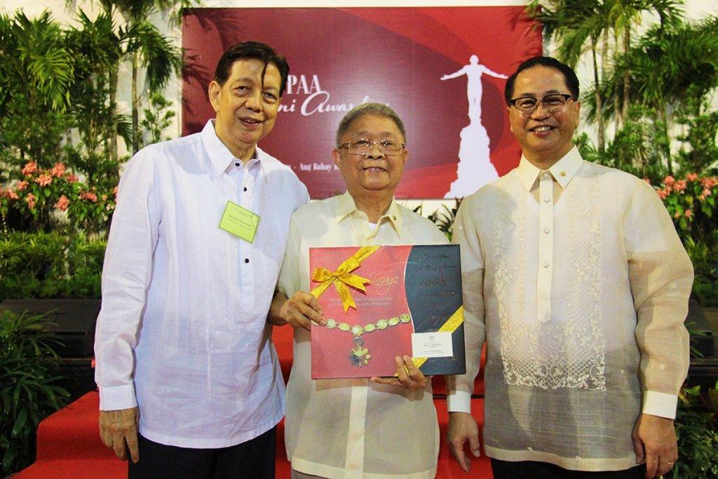 2018 Most Distinguished Alumnus Awardee Ruben Villareal receives his award. (Photo by Jun Madrid, UP MPRO)