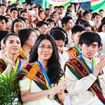 Members of UP Los Baños Class of 2018 applaud as the program for the 46th Commencement Exercises of UPLB begins. Photos by Jun Madrid, UP MPRO.