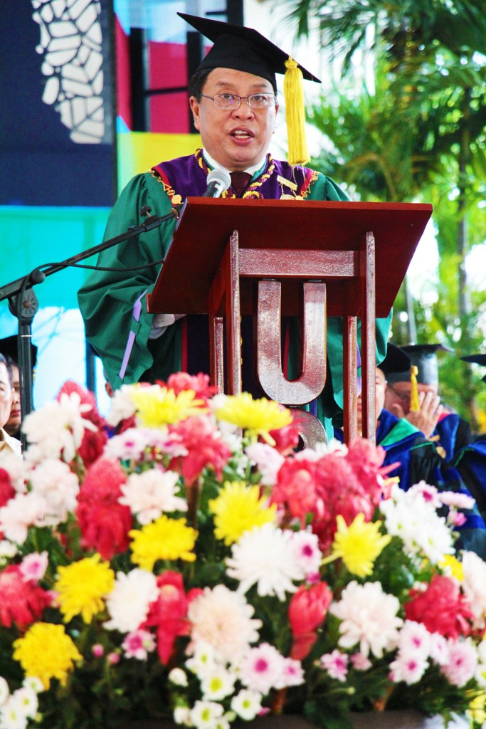 UPLB Chancellor Fernando C. Sanchez, Jr. introduces Senator Cynthia A. Villar as the guest of honor and commencement speaker. (Photo by Jun Madrid, UP MPRO)