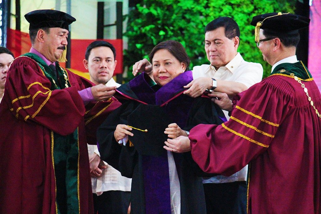 Dr. J. Prospero E. De Vera III, chairperson of the UP Board of Regents, and UP President Danilo L. Concepcion lead the conferment of Doctor of Laws (honoris causa) to and the hooding ceremony for Senator Cynthia A. Villar. They are assisted by former Senator Manuel Villar and other UP officials. Photos by Jun Madrid, UP MPRO.