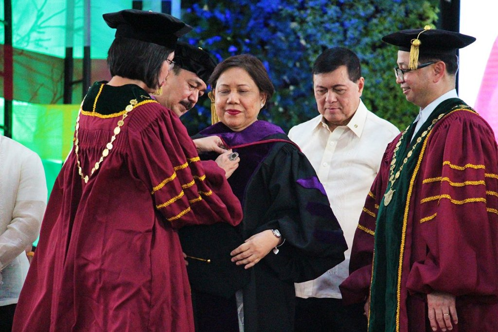 Dr. J. Prospero E. De Vera III, chairperson of the UP Board of Regents, and UP President Danilo L. Concepcion lead the conferment of Doctor of Laws (honoris causa) to and the hooding ceremony for Senator Cynthia A. Villar. They are assisted by former Senator Manuel Villar and other UP officials. (Photos by Jun Madrid, UP MPRO)