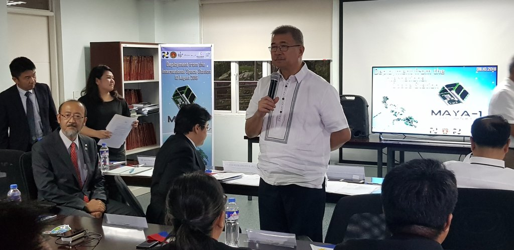 Sec. Fortunato dela Pena congratulates the scientists and engineers behind Maya-1. (Photo by Jun Madrid, UP MPRO)