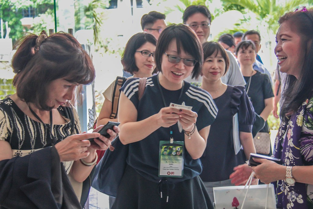 44 delegates from Southern Taiwan sign up for the workshops, greeted by Prof. Delia Tomacruz (right). (Photo by Jun Madrid, UP MPRO)
