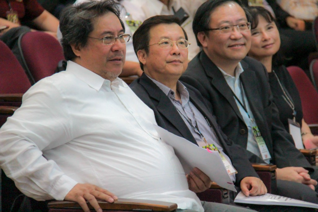 Executive Vice President Teodoro Herbosa (left) together with guests from Southern Taiwan. (Photo by Jun Madrid, UP MPRO)