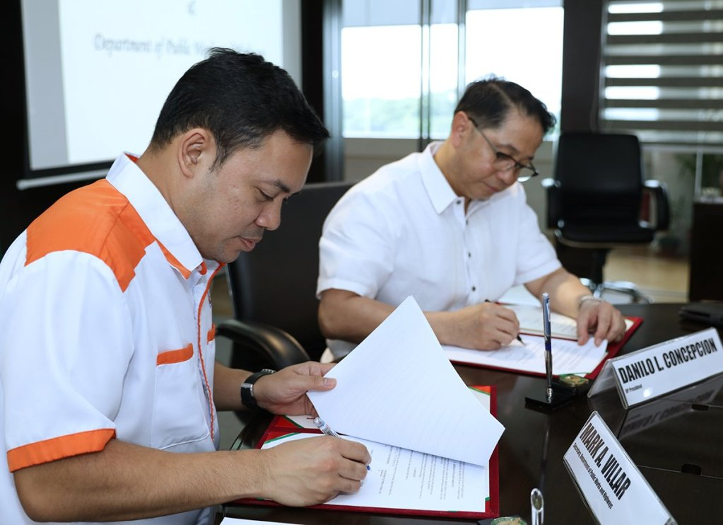 Department of Public Works and Highways Secretary Mark Villar (left) and UP President Danilo Concepcion sign the memorandum of agreement between both institutions. (Photo by Misael Bacani, UP MPRO)