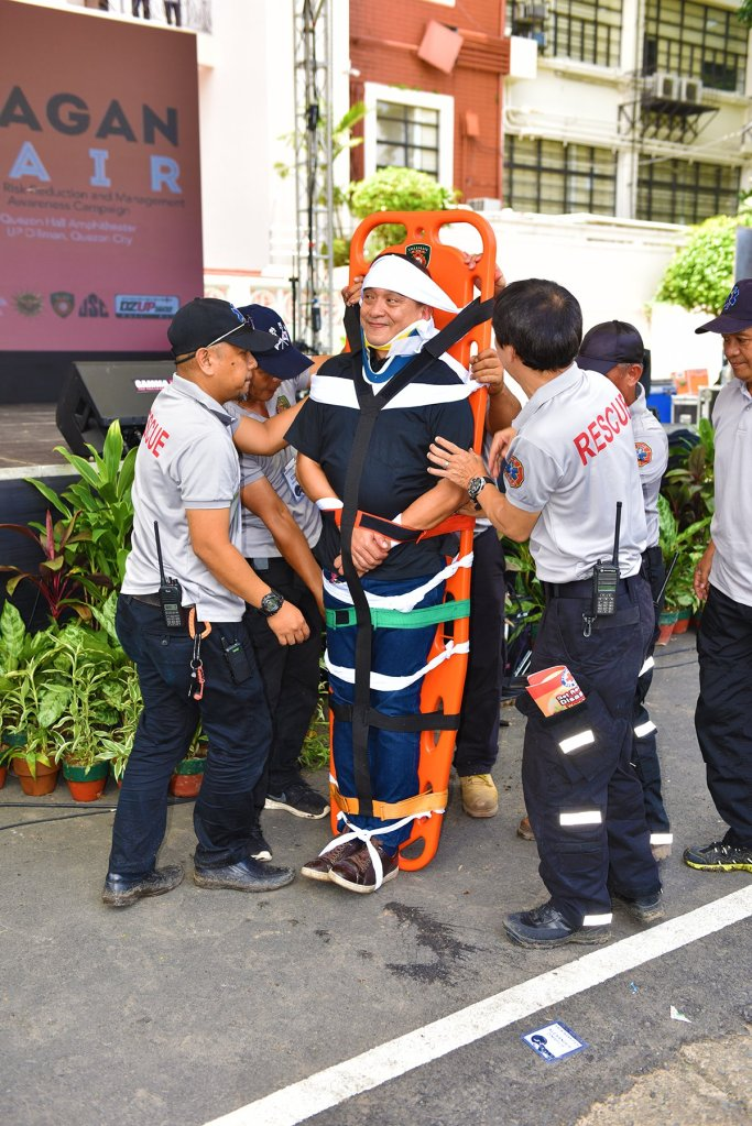 Members of the UP Diliman Emergency Response Team demonstrate evacuation of a disaster victim. (Photo by Bong Arboleda, UP MPRO)