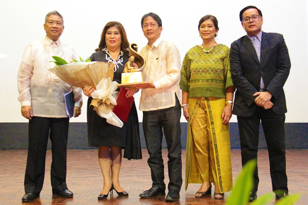 (From left) Dr. Nicanor G. Tiongson, UP Professor Emeritus; Ms. Jessica A. Soho, UP Gawad Plaridel 2018 recipient; Dr. Michael L. Tan, UP Diliman Chancellor; Dr. Elena E. Pernia, Dean of the UP College of Mass Communication; and Dr. Jose Wendell P. Capili, Asst. Vice President for Public Affairs of the UP System. (Photo by Jun Madrid, UP MPRO)