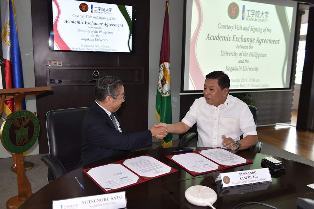President Mitsunobu Sato (left) and Chancellor Fernando Sanchez (right) officially renew the partnership between Kogakuin University and UP. (Photo by Bong Arboleda, UP MPRO)
