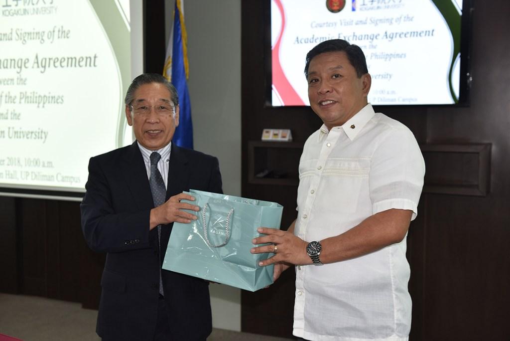 President Sato presents a token of appreciation to Chancellor Sanchez. (Photo by Bong Arboleda, UP MPRO)