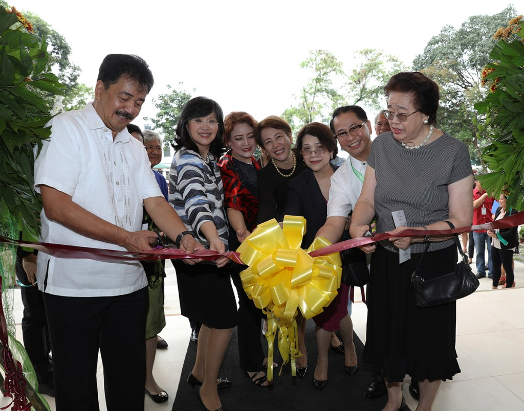 CHED OIC J. Prospero de Vera III (leftmost) and former UP president, Dr. Emerlinda Roman (rightmost) lead the ribbon cutting ceremony at the entrance of the PGC building. With them are (from left) UP Manila Chancellor Carmencita Padilla, Mrs. Carmen Pascual (representing immediate past UP president, Alfredo Pascual), PGC Executive Director Cynthia Saloma, immediate past UP vice president for academic affairs Gisela Concepcion, and UP President Danilo Concepcion. (Photo by Misael Bacani, UP MPRO)